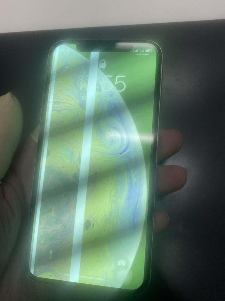 iPhoneXS表示不良、緑色の画面に!?