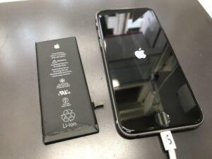 iPhone6sと摘出された内蔵バッテリー