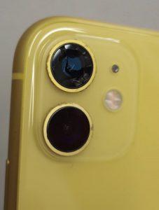 カメラのレンズガラスが割れてしまっているiPhone11画像