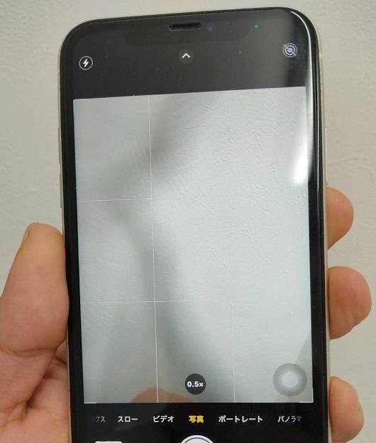 カメラガラスが割れ撮影時に黒い影が映りこむiPhone11画像