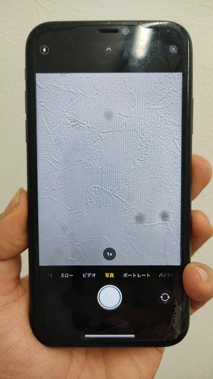 カメラガラスが割れ、撮影風景に黒いモヤが映ってしまっているiPhone11画像