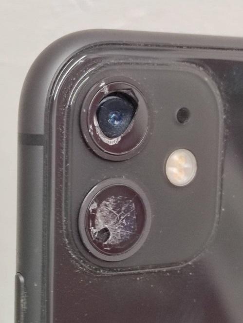 アウトカメラのカメラガラスが割れているiPhone11画像