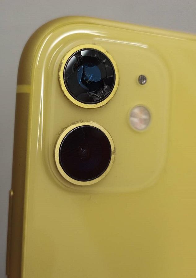 落とした拍子に外カメラのガラスが割れたiPhone11画像