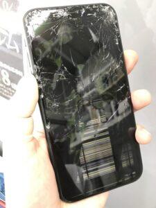 iPhoneXRの画面割れで液晶が潰れてぐちゃぐちゃになっている様子