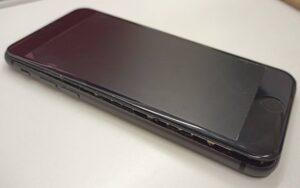 バッテリー膨張で画面が押し上げられて隙間が出来たiPhone7画像