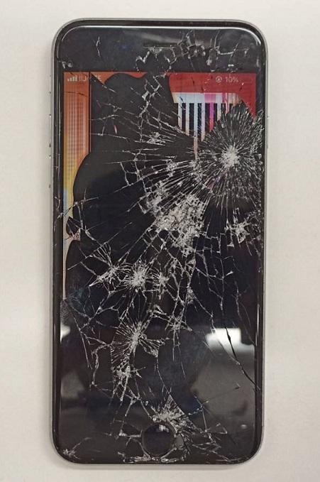 画面がひび割れ表示もほとんど映らないiPhone6s画像