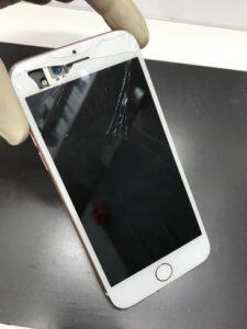 ガラスが割れて携帯の中身が見えている