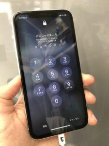 iPhoneXRは無事に修理が完了し、画面のひび割れは消えている。