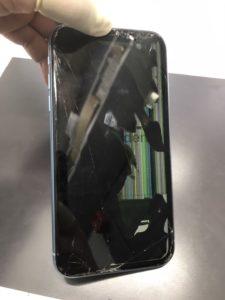 iPhoneXRの画面が黒やカラフルな表示異常に見舞われている。