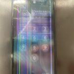 落としたiPhone11の画面にレインボーの縦線が!!