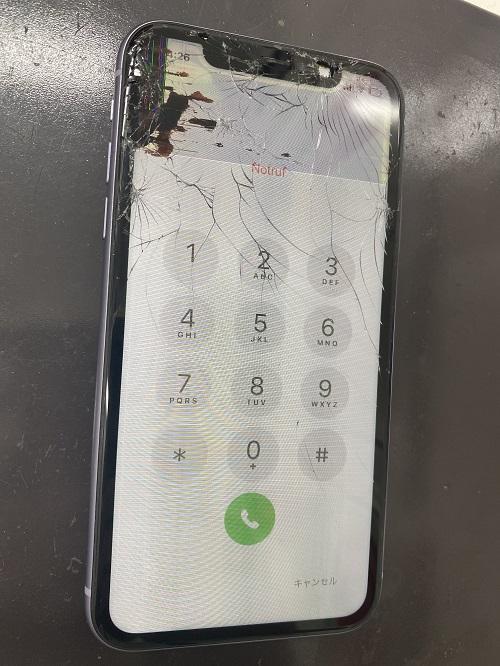 iPhone11のガラス割れ、表示に黒いシミ