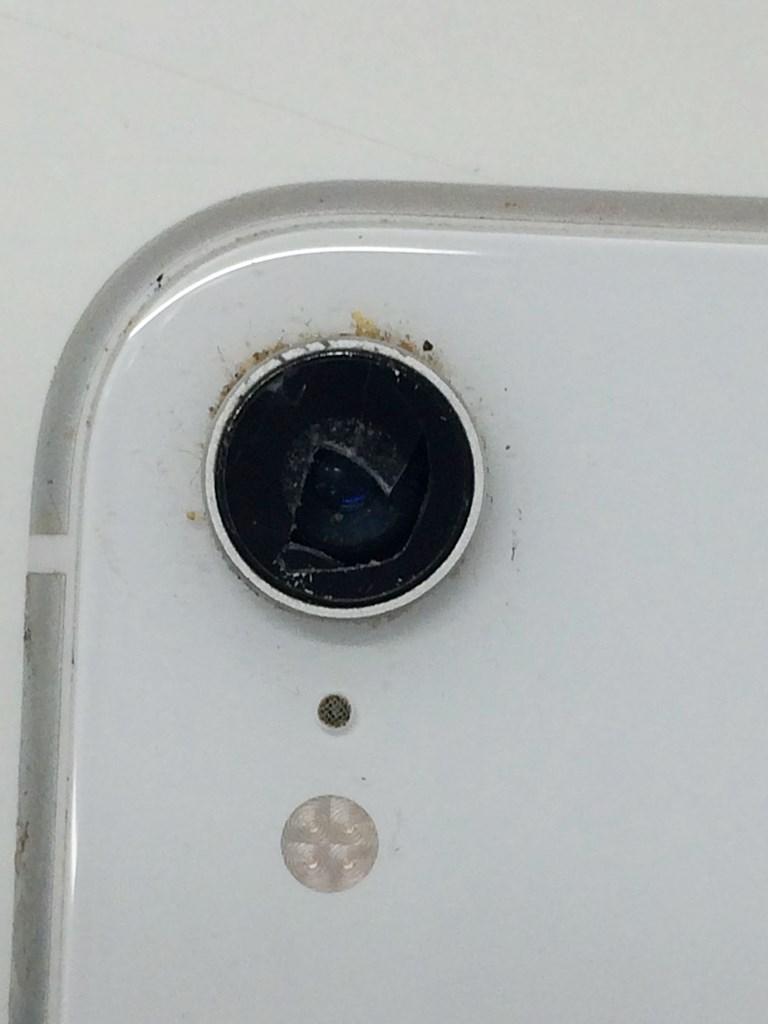 iPhoneXRの割れたカメラレンズ