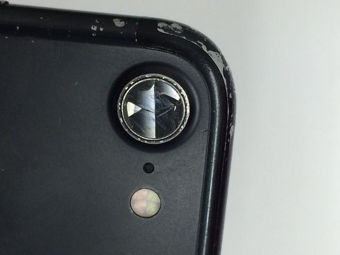 iPhone7のカメラレンズが付いてはいるが割れている